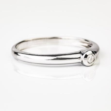 """Saderināšanās gredzens ar briljantu """"Apskautā"""""""